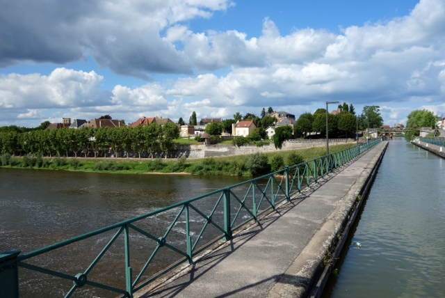 Crossing over the Loire in an aqueduct